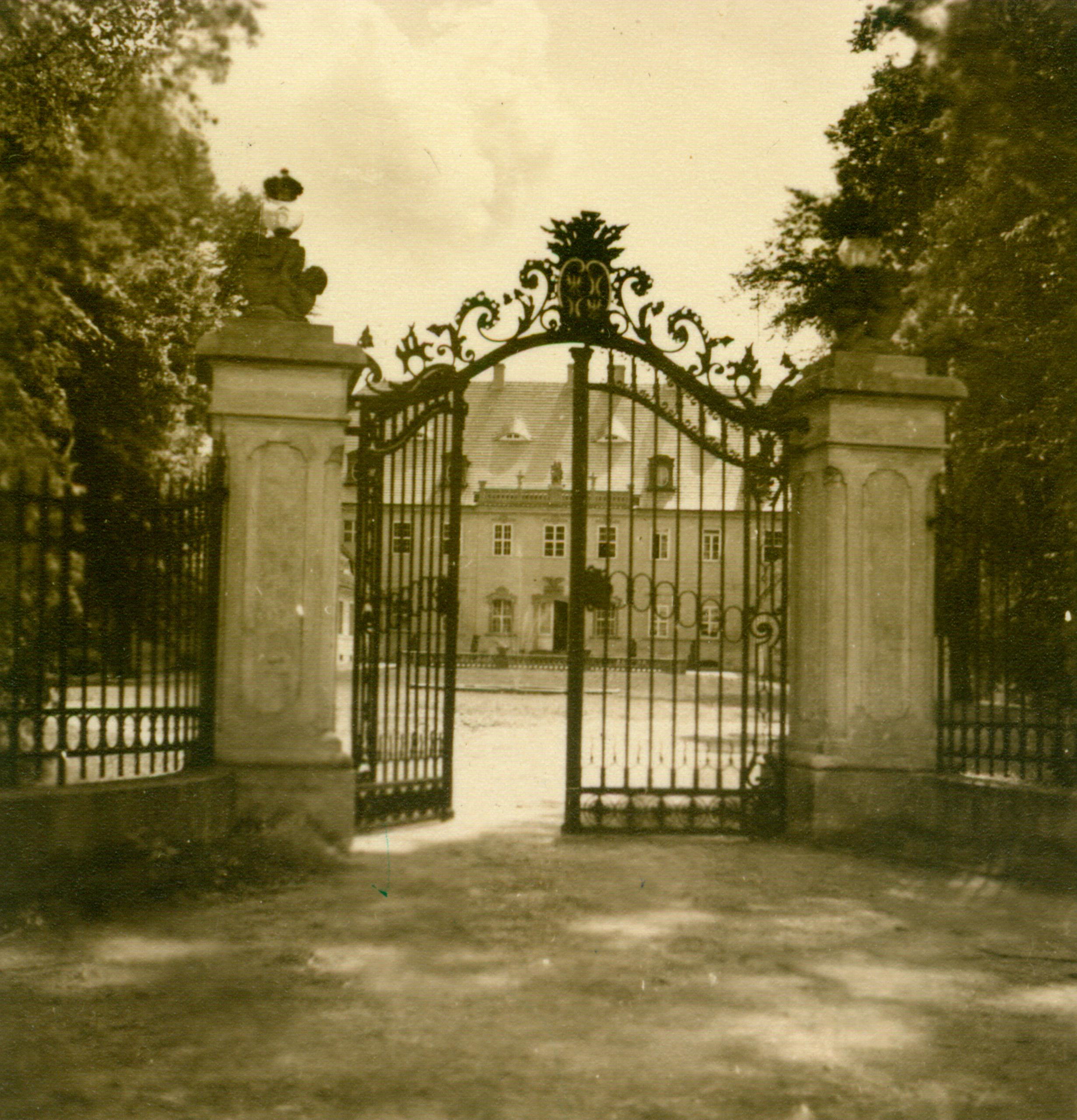 Biecz-pałac z bramą wjazdową