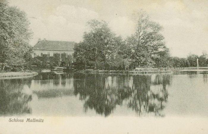 Małomice- pałac od strony stawu
