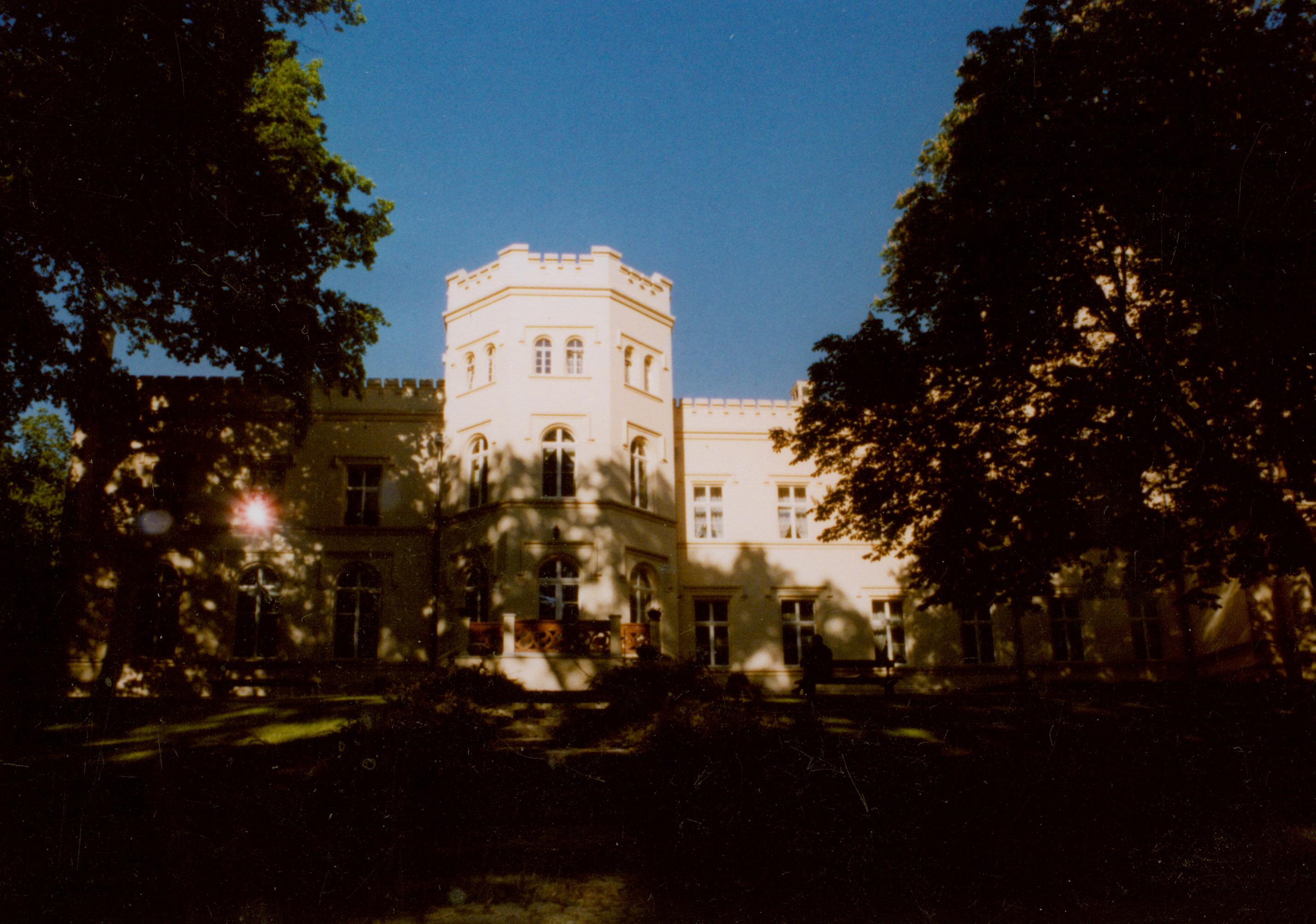 Mierzęcin- widok pałacu od ogrodu japońskiego