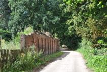 Droga z widoczną ruiną budynku gospodarczego